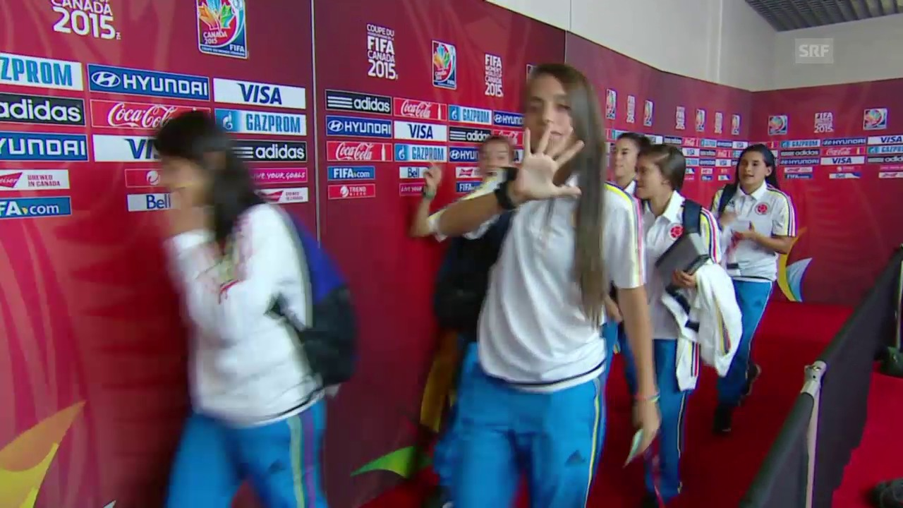 Fussball: Frauen-WM, Kolumbien - Mexiko, Kolumbianerinnen feiern vor dem Spiel