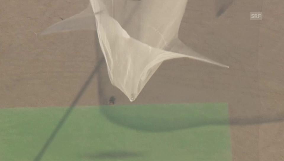 Skydiver springt ohne Fallschirm in ein Netz (Video ohne Ton)