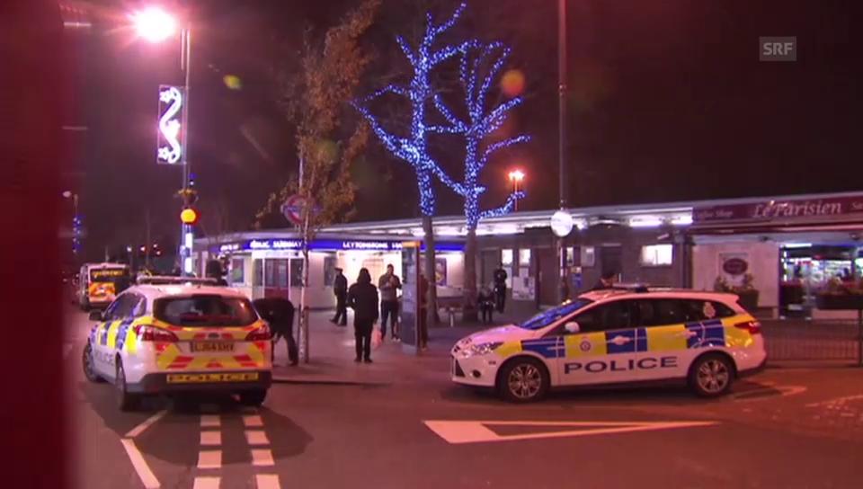 Polizisten bewachen den U-Bahnhof Leytonstone (unkomm.)