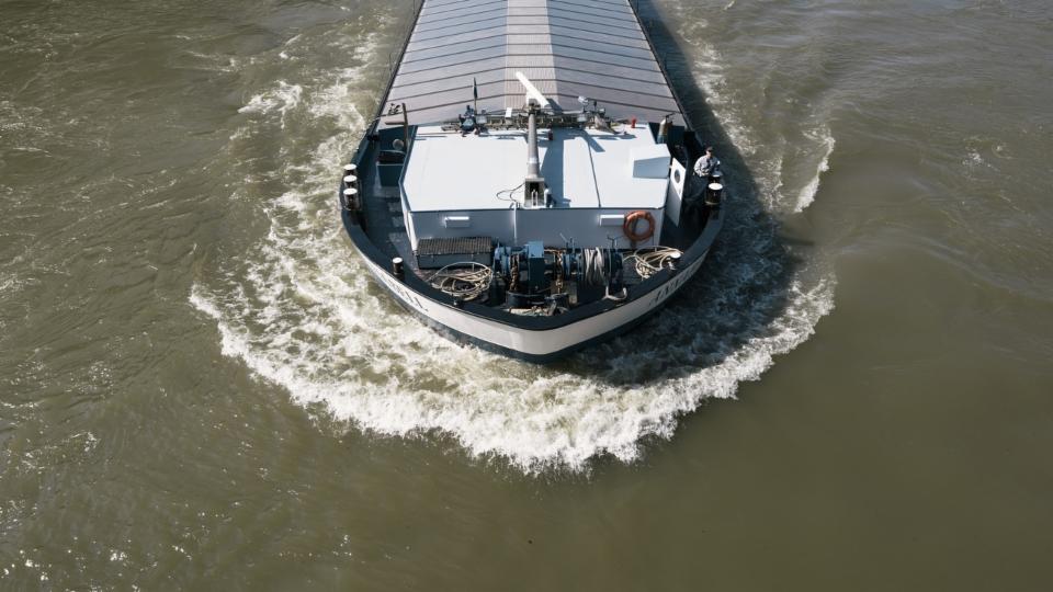 Schiffsverkehr auf dem Rhein wegen Hochwasser blockiert
