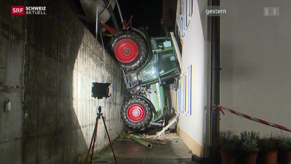 Führerloser Traktor knallt in Hauswand
