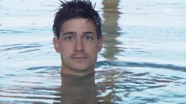 Video «Tobias Müller bei den Synchronschwimmerinnen» abspielen