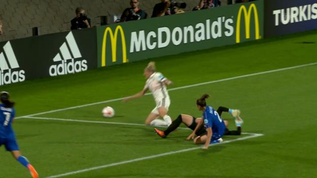 Video «Foul oder Schwalbe? Mittag holt einen Penalty heraus» abspielen