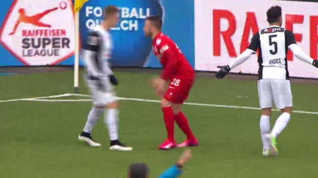 Video «Fussball: Super League, Schwalbe Stephan Andrist» abspielen