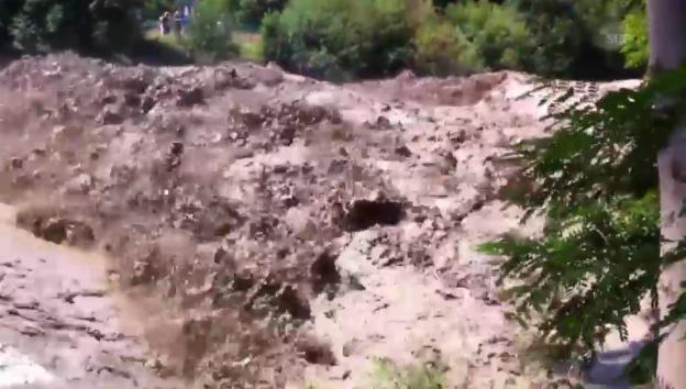 Video «Die Emme tritt über die Ufer (SRF-Augezeuge Lukas Holenstein)» abspielen