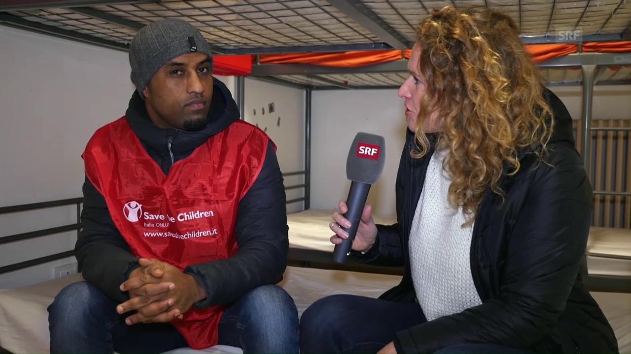 Kathrin Hönegger spricht im Nachtzentrum in Rom mit einem Betreuer von «Save the Children»