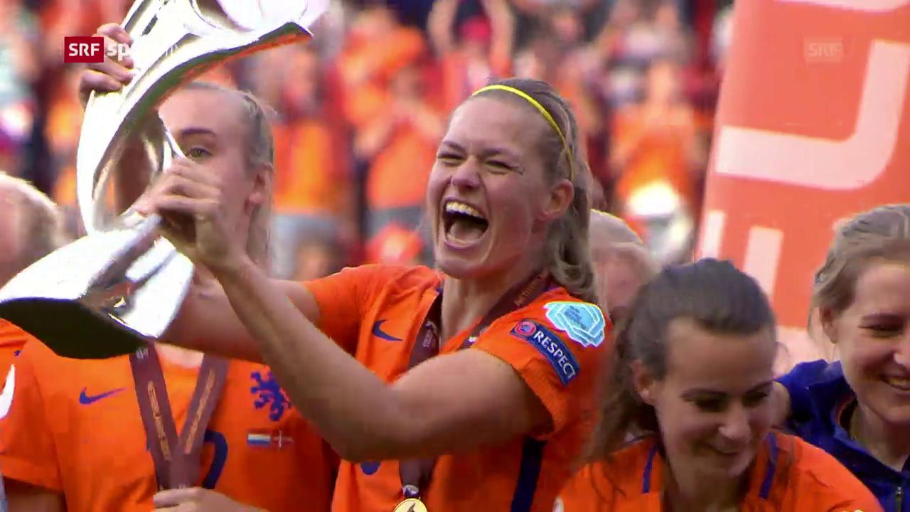 Grosser Jubel: Die Niederländerinnen erhalten den EM-Pokal