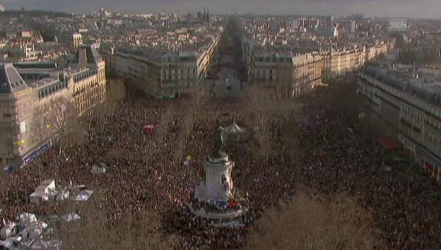 Video «Hunderttauscende füllen das Zentrum von Paris» abspielen