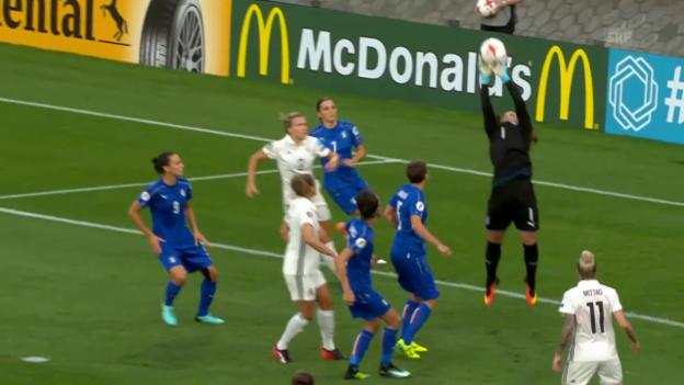 Video «Frauen-EURO: Italiens und Russlands Goalies floppen» abspielen