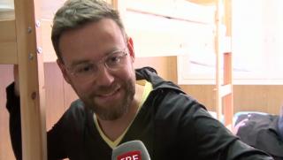 Video «Nik Hartmann bezieht den «Jeder Rappen zählt»-Container» abspielen