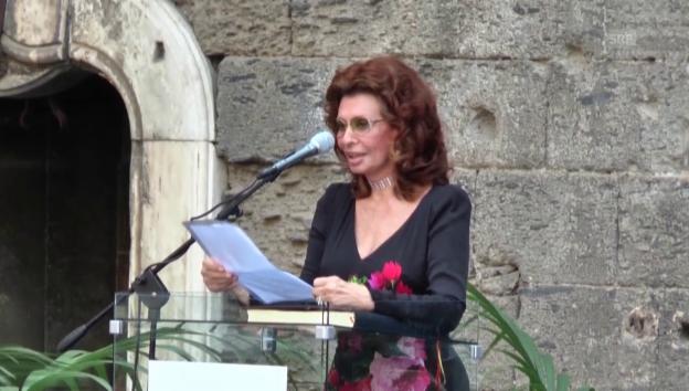 Video «Sophia Loren wird Ehrenbürgerin von Napoli» abspielen