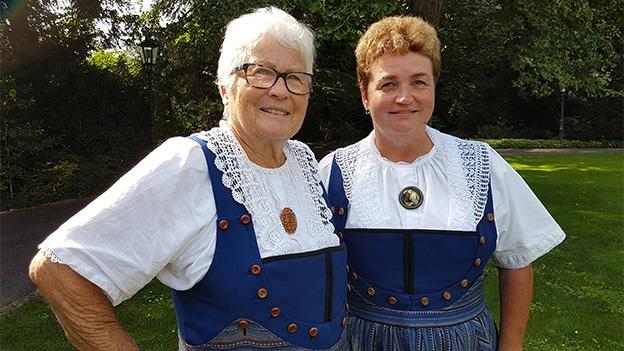 Mutter und Tochter in der Berner Aargau Werktagstracht