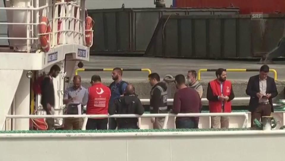 Schiff mit Flüchtlingen kommt in der Türkei an