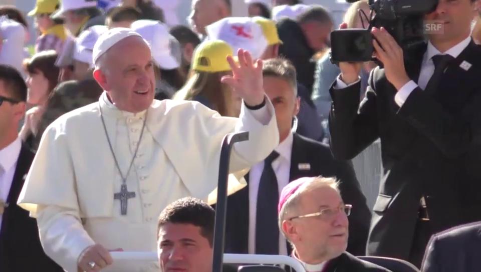 Papst Franziskus in Tifilis kühl empfangen