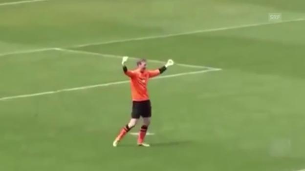 Video «Fussball: Regionalliga, Torhüter-Abschlag ins Tor» abspielen
