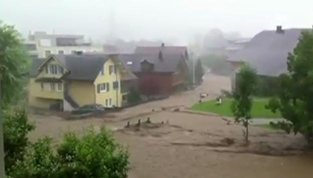 Video «Die Kleine Emme ist bei Schüpfheim über die Ufer getreten» abspielen