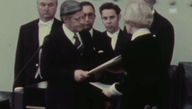 Video «Vereidigung von Bundeskanzler Helmut Schmidt (1974)» abspielen