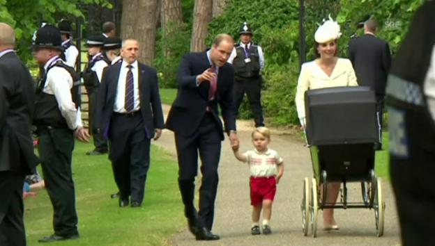Video «Kate und William kommen mit Charlotte und George an» abspielen