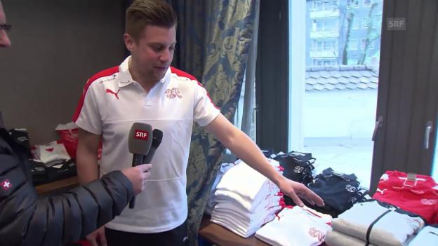 Video «Welches Shirt für wen: Materialwart Rudolf erklärt» abspielen