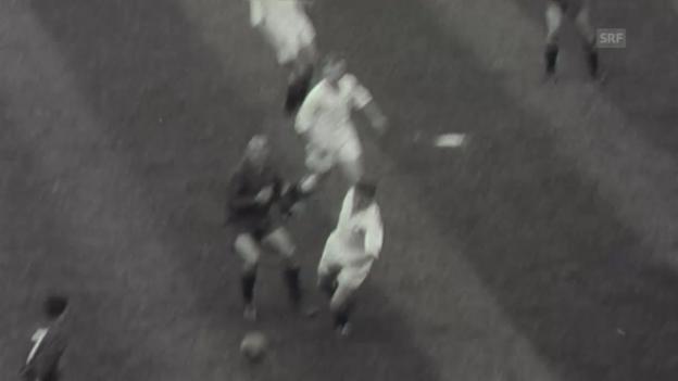 Video «1957: Di Stefano schiesst 2 Tore gegen die Schweiz (Filmwochenschau)» abspielen