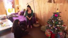 Video ««Frohes Fest»: Weihnachtsmorgen bei Maria und Claire Penalver» abspielen