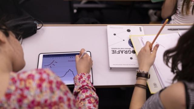 Aus dem Archiv: Lehrmittel an Schulen sind mehrheitlich analog