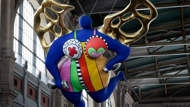 Michael Hiller zum Engel von Niki de Saint Phalle im HB Zürich.