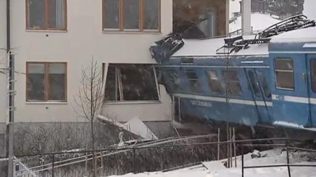 Video «Zug kracht in ein Wohnhaus.» abspielen