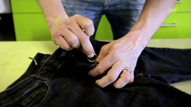 Video «Svens Lifehack: Jeans-Reissverschluss fixieren» abspielen
