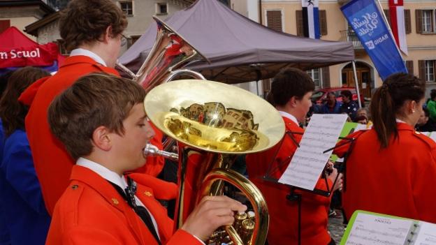 Video ««Fiirabigmusig» live vom Dorfplatz in Sent» abspielen