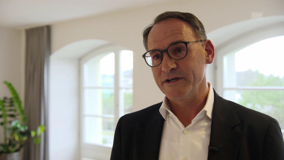 Josef Jenewein erklärt wieso Lachyoga gut in das Behandlungsangebot einer psychiatrischen Anstalt passt und für wen die Therapie in Frage kommt.