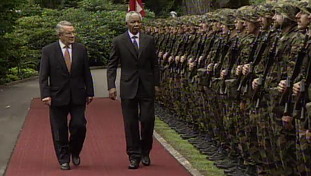 Video «Mandela auf Staatsbesuch in der Schweiz (Tagesschau vom 30. September 1997).» abspielen