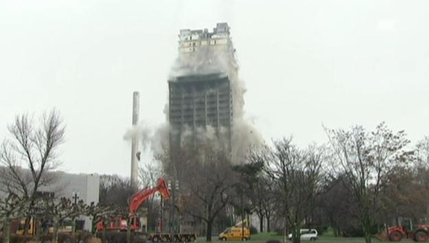 Video «Beeindruckende Sprengung von Uni-Turm Frankfurt» abspielen