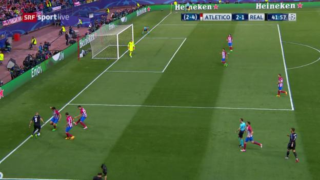 Video «Genial: Benzema vernascht 3 Atletico-Spieler an Grundlinie» abspielen