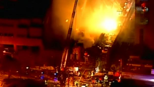Video «Strassenblock in Brand (unkommentiert)» abspielen
