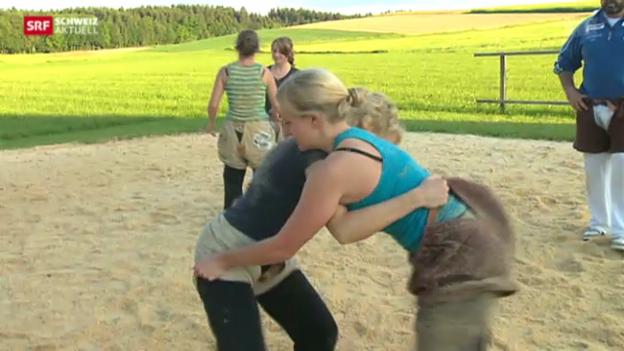 Video «Ehrendamen und Hostessen als Visitenkarte fürs Schwingfest» abspielen