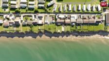 Link öffnet eine Lightbox. Video Englands Küste bricht weg abspielen