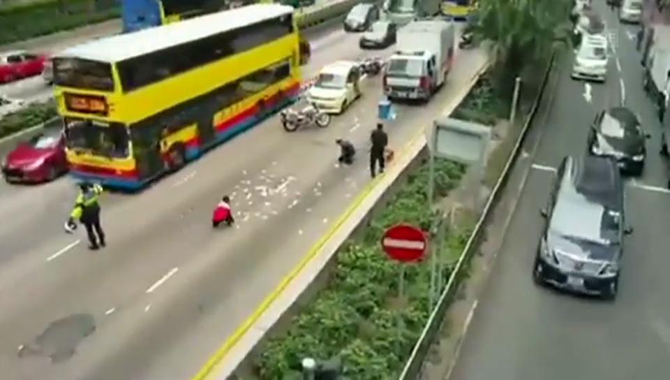 Passanten sammeln das Geld von der Strasse auf (Amateuervideo/unkomm.)