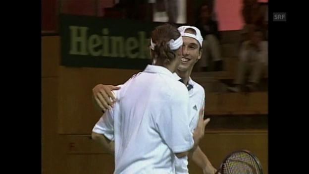 Video «2000: Federer/Manta schlagen Mirnyi/Voltschkow» abspielen