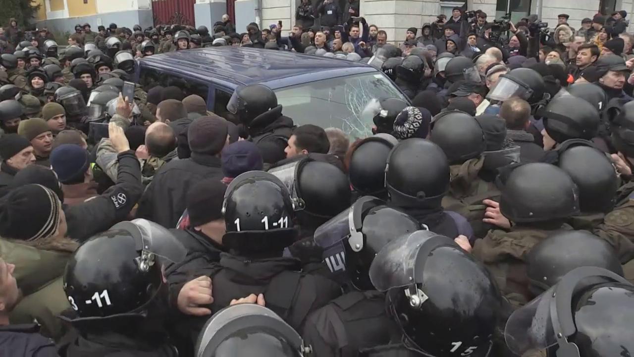 Unterstützer von Saakaschwili versuchen den Polizeivan aufzuhalten (unkommentiert)