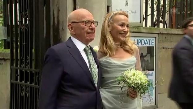 Video «Rupert Murdoch und Jerry Hall zeigen sich nach der Trauung (unkomm.)» abspielen