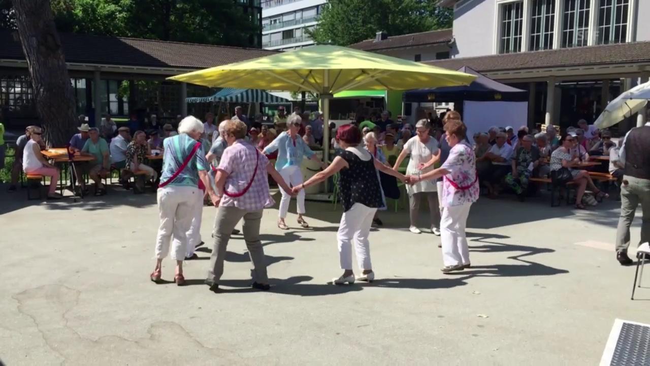Senioren in Solothurn tanzen am Jubiläum der Pro Senectute Schweiz