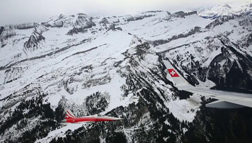 Die Swiss-Maschine fliegt die Rennstrecke ab