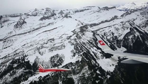 Video «Die Swiss-Maschine fliegt die Rennstrecke ab» abspielen