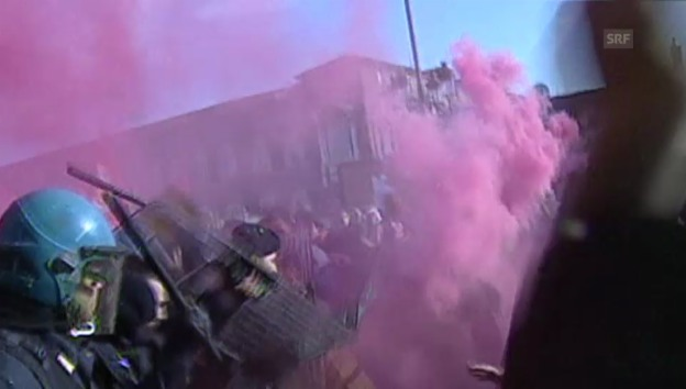 Video «Heikle Situation in Turin: Polizisten schlagen Demonstranten» abspielen
