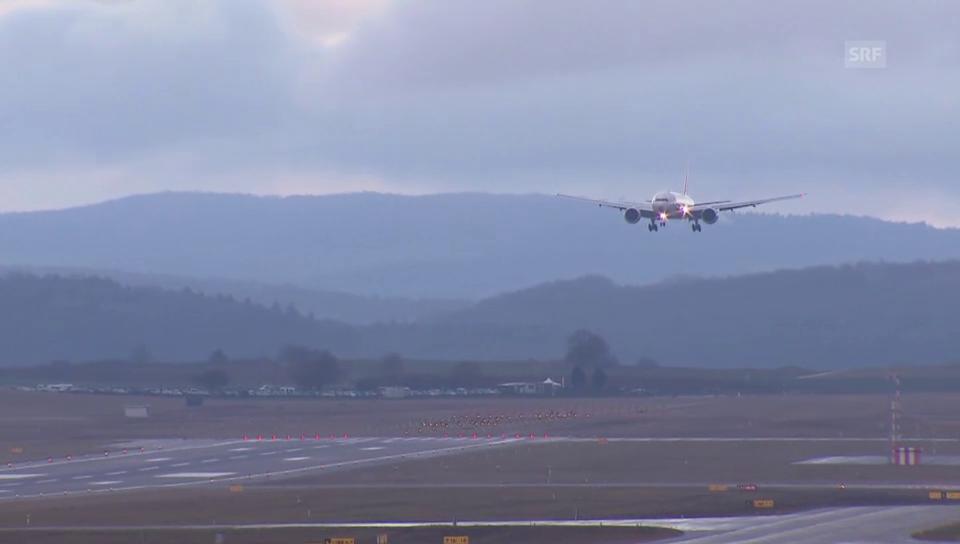 Die Boeing 777-300ER landet am Flughafen Zürich