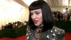 Video «Prominente am «Met Ball» mit Nieten Outfit und Irokesen Frisur» abspielen