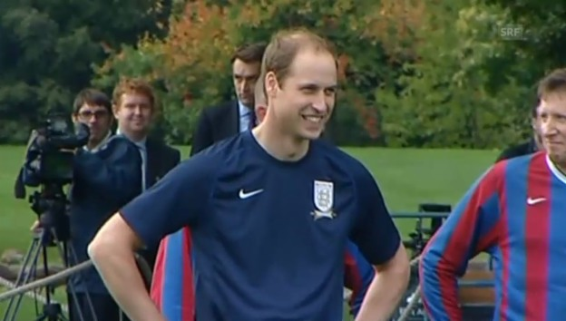 Video «Prinz William beim Buckingham-Palace-Fussballmatch» abspielen