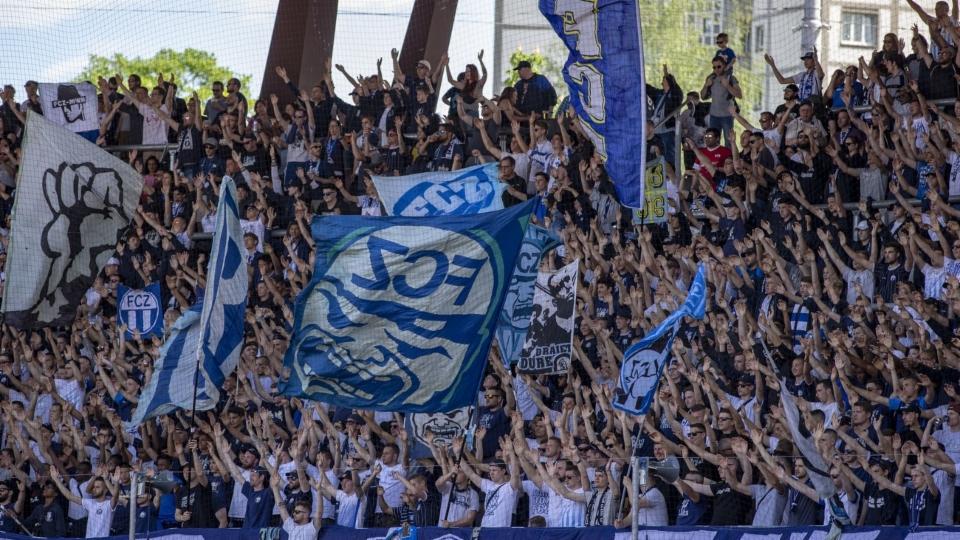 Die Zürcher Fussballclubs denken über Testmöglichkeiten vor dem Stadion nach, warten aber das erste Spiel noch ab