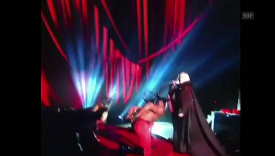 Rolle rückwärts: Madonna stürzt von der Bühne